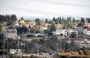 ユダヤ人入植地カルネイショムロン。パレスチナ人の村から500メートルの距離だ