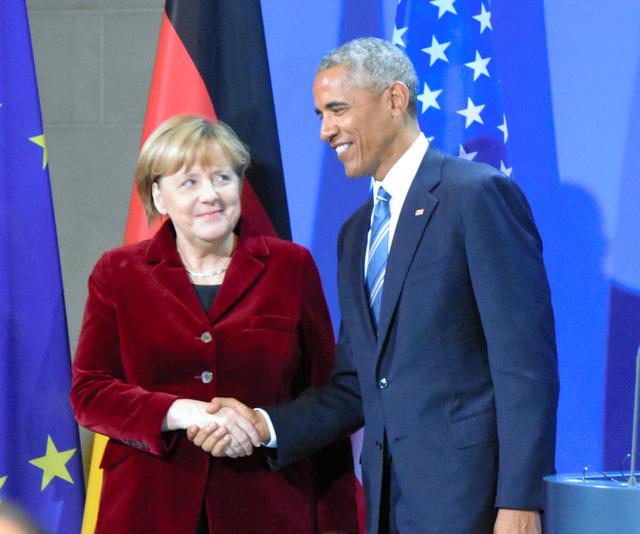 メルケル独首相(左)と握手をするオバマ米大統領=17日、ベルリン、杉山正撮影
