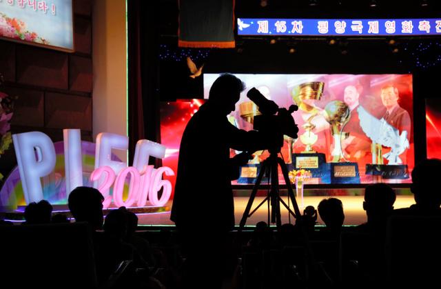 第15回平壌国際映画祭の閉幕にあたって、2016年9月23日、北朝鮮作品のグランプリ受賞を撮影する北朝鮮のテレビカメラ=AP