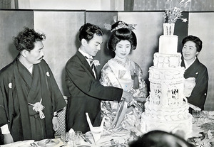 結婚式でケーキに入刀する加藤一二三さん(左から2人目)。仲人を務めた升田幸三・実力制第四代名人(左端)夫妻とは公私にわたって交流が続いた=1960年、東京都港区