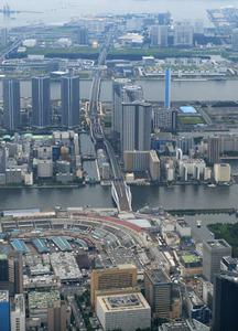 築地市場(左下)と豊洲市場(上)方面に延びる都道環状2号線(中央)=朝日新聞社ヘリから