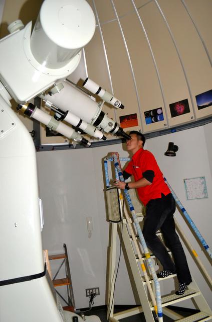 コンピューター制御の望遠鏡で様々な星を見ることができる=春日市下白水