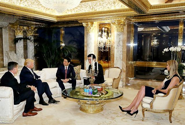トランプ次期米大統領(左から2人目)と会談する安倍晋三首相(同3人目)。右端は長女イバンカ氏=17日、米ニューヨーク、内閣広報室提供