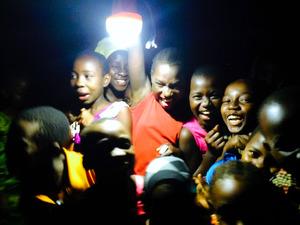 LEDランタンの明かりに、大喜びする子どもたち=タンザニアのダルエスサラーム近郊、デジタルグリッド社提供