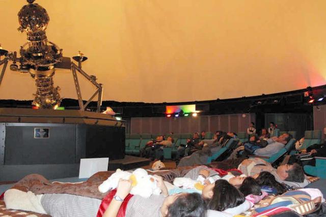 明石市立天文科学館で一昨年あった「プラ寝たリウム」の様子。観客は用意された布団に横になってドームを見上げた=兵庫県明石市、同館提供