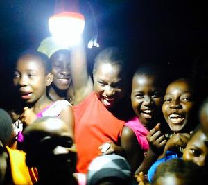 LEDランタンに、大喜びする子どもたち=タンザニアのダルエスサラーム近郊、デジタルグリッド社提供