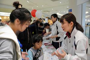 応急処置について説明する武庫川女子大学の学生ら=西宮市甲子園八番町