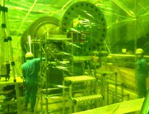 測定ハウスの中で5号機タービンローター軸の放射線量を測る作業員=2号機タービン建屋