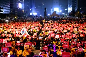 19日夜、ソウル中心部で開かれた朴槿恵韓国大統領の辞任を求める抗議集会=李聖鎮撮影