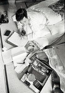安岡章太郎(1920~2013)。「こうして書く方が具合がいいんです」と寝そべって=1960年