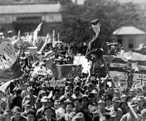 宮城(現在の皇居)の坂下門前を行進する食糧メーデーのデモ隊=1946年5月19日