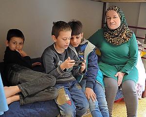 アテネ市内の施設で暮らすシリア人家族=14日、山尾有紀恵撮影