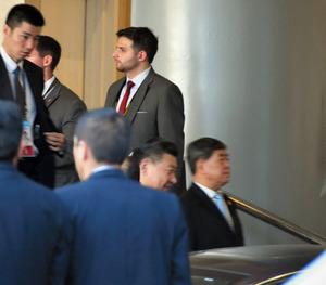 米中首脳会談を終えてホテルを出る中国の習近平国家主席(右から2人目)=19日、リマ、益満雄一郎撮影