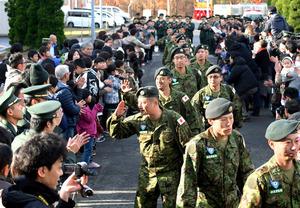 家族らの見送りを受けて出発する隊員ら=20日午前、青森市の青森空港、小玉重隆撮影