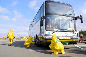 高松サービスエリアでの避難バスなどのスクリーニング訓練=かほく市二ツ屋