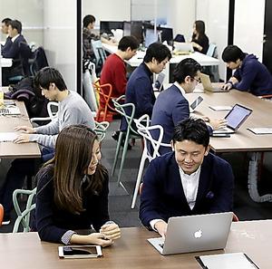 ベンチャー企業が集う「FINO LAB」の共用作業スペース。奥は会議室=東京都千代田区、越田省吾撮影