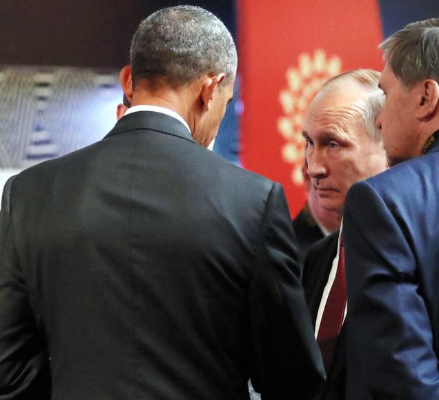 20日、リマで開かれているAPECの首脳会議で言葉を交わすオバマ米大統領(左)とロシアのプーチン大統領=代表撮影