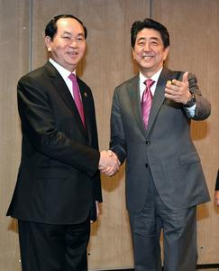 ベトナムのクアン国家主席(左)との会談を前に握手する安倍晋三首相=20日、リマ、代表撮影