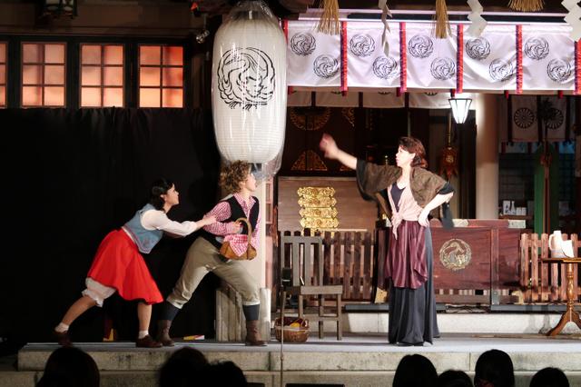 社殿を舞台にした公演「ヘンゼルとグレーテル」=坐摩神社提供