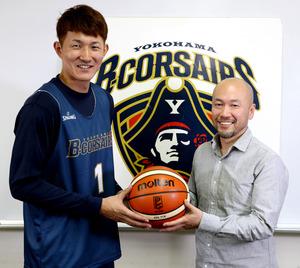 川村卓也選手(左)と井上雄彦さん=横浜市磯子区、早坂元興撮影