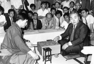 中原誠名人を激闘の末に破り、名人の座に就いた加藤一二三さん(右)。初めての名人戦挑戦から22年の月日が流れていた=1982年、東京都渋谷区