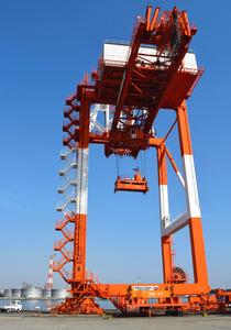 復興支援のため釜石港へ無償譲渡される大型クレーン=泉大津市