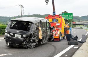 東北道で衝突事故を起こし、右後部が大破した車=8月、仙台市青葉区