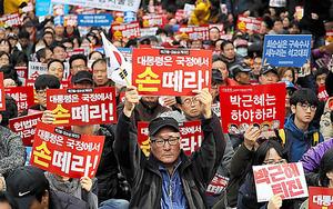 朴大統領の退陣を求め声をあげるデモ参加者たち=12日、ソウル、樫山晃生撮影