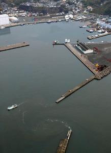 小名浜港内には津波の影響か、渦のようなものが見られた=22日午前8時24分、福島県いわき市、朝日新聞社ヘリから、杉本康弘撮影