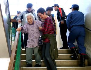 津波警報で小名浜第二小学校に避難した人たち=22日午前9時31分、福島県いわき市、西畑志朗撮影