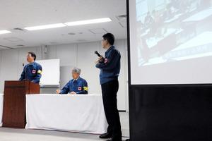 会見する東電福島第一廃炉推進カンパニーの増田尚宏プレジデント(左端)=東電本社