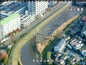 砂押川を遡上(そじょう)する津波=22日午前8時50分過ぎ、宮城県多賀城市、県警提供