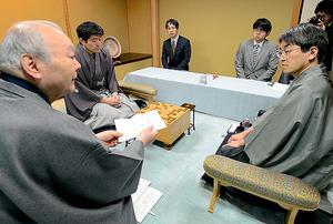 名人戦の立会人として、羽生善治三冠(右端)に「封じ手」を示す加藤一二三さん(左端)。かつての最年少棋士も今や将棋界の重鎮だ=2014年4月、東京都文京区