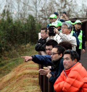津波警報が出たため、高台に避難した人たち。心配そうに海岸を見つめていた=22日午前6時26分、福島県楢葉町、福留庸友撮影