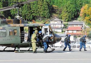 訓練に参加する陸上自衛隊と警察の関係者ら=高浜町音海