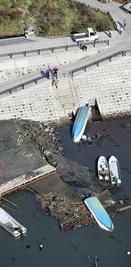津波の影響で転覆した漁船=22日午前11時4分、宮城県東松島市、本社ヘリから、杉本康弘撮影
