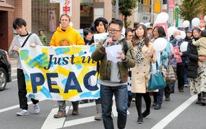 交流会後、平和行進する参加者ら(左から2人目がヘインズさん)=さいたま市浦和区
