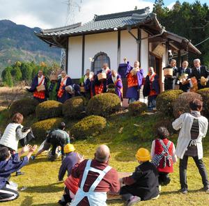 法要の最後は僧侶たちの餅投げで盛り上がった=中津川市神坂