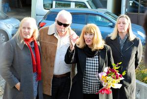 ウェンディ・ケネディさん(右から2人目)と家族