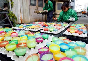 阪神大震災の追悼用ろうそくづくりが進む作業場=23日、神戸市灘区、小林一茂撮影