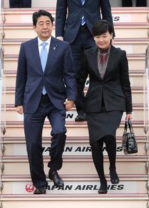 APEC首脳会議出席などを終え帰国した安倍晋三首相(左)と昭恵夫人=23日午後、羽田空港、時事