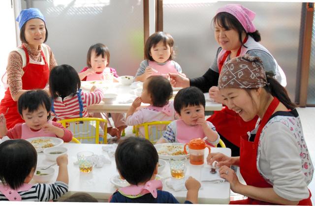 認可外園「いちご保育園」のお昼ご飯。来春の入園に約60人がキャンセル待ちをしている=東京都練馬区