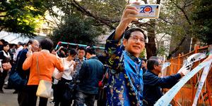 出版の仕事以外に、「日中交流サロン」の開催も大事にする。毎週日曜日、おしゃべりの輪の中にいる=東京都豊島区西池袋