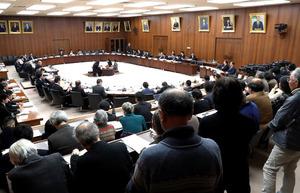 多くの人たちが傍聴に詰めかけた衆院憲法審査会=24日午前9時52分、国会、岩下毅撮影