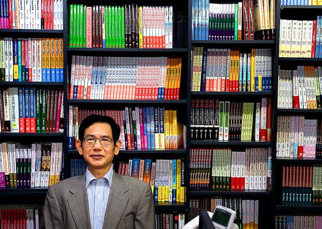 事務所の棚は、これまでに出版した本でぎっしり=東京都豊島区西池袋の日本僑報社