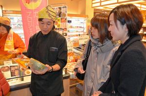 飯舘村の特産カボチャを買い求める客。試食もできた=19日、東京都中央区の日本橋ふくしま館