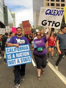 反トランプ氏の集会でカリフォルニア州の独立を訴える人たち=ロサンゼルス、「イエス・カリフォルニア」提供