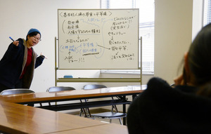 身ぶり手ぶりを交えて教える桜井さん(左)。「楽しい雰囲気で学んでほしい」=村山市