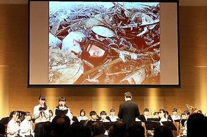 経済同友会の東北支援プロジェクトの終了式典では、支援を受けた岩手県立高田高校吹奏楽部の演奏が披露された=仙台市青葉区