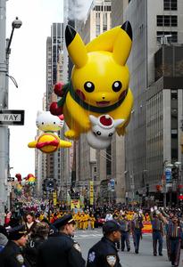 多くの警察官が警戒する中で開催された感謝祭のパレード。ポケモンのピカチュウやハローキティの巨大なバルーンが行進した=24日午前、ニューヨーク、矢木隆晴撮影